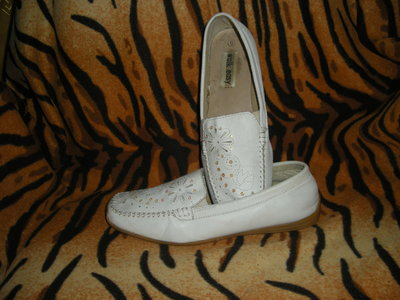 Продано: Туфли женские белые,100% кожа,ролиуретановая подошва,р.39.