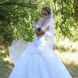 Белоснежное счастливое свадебное платье